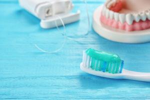 Нужно ли снимать зубные протезы на ночь. Особенности эксплуатации