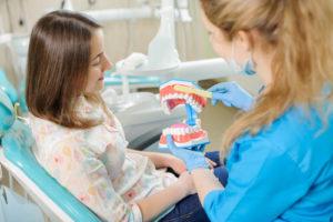 Чем отличается имплантация передних зубов и жевательных